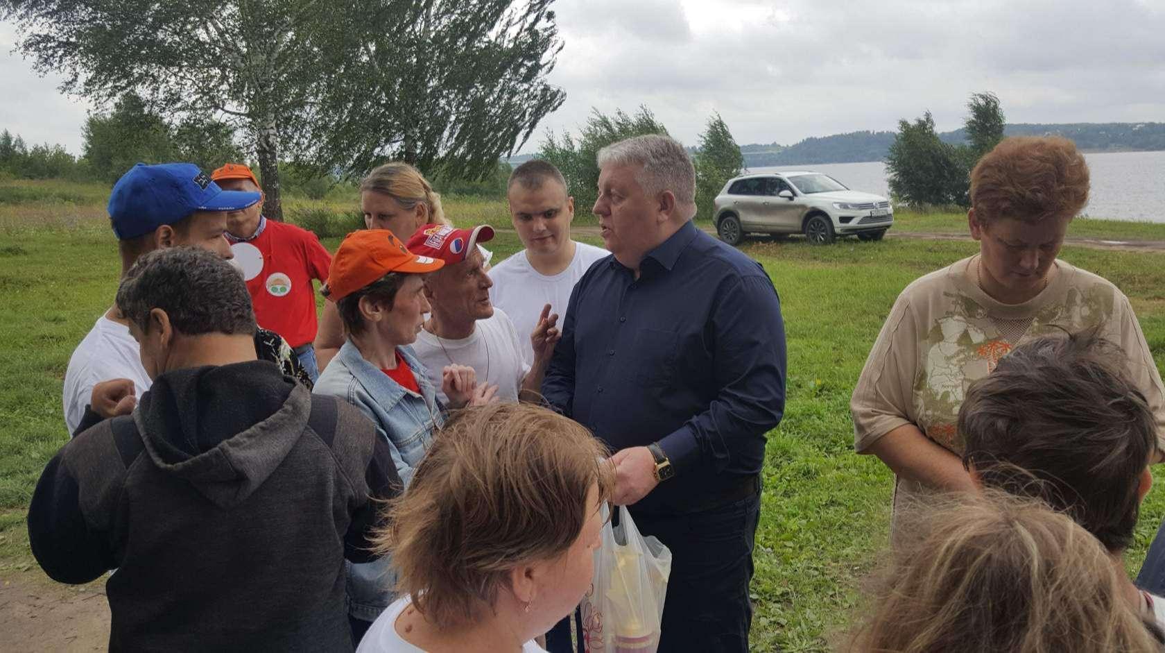 Члены общества инвалидов воспользовались возможностью обсудить  свои вопросы с  депутатом гордумы П.Б.Хохловым.