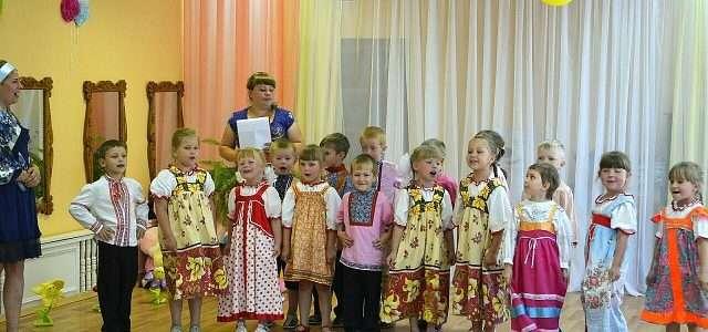 Воспитатель детского сада №4 города Наволоки Александра Ананьева со своими воспитанниками.