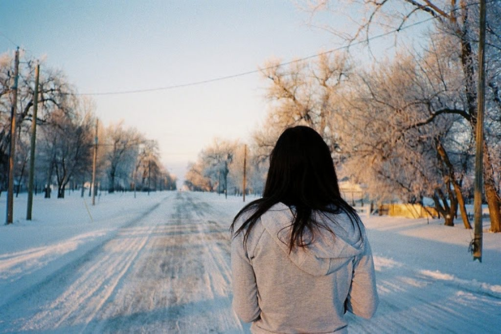 Картинка на аву для девушки брюнетки со спины зимой